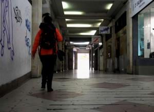 """GRAF9866. SALAMANCA (ESPAÑA), 12/02/2018.-La Fiscalía de Menores de Salamanca ha pedido el internamiento en régimen cerrado del menor que fue detenido ayer por la mañana por una supuesta violación a una joven, de nacionalidad china, en los baños de un bar de uno de los pasajes de la Plaza Mayor salmantina- en la imagen-. Sobre las 8.20 horas de ayer, domingo, una joven de nacionalidad china explicó a una dotación de la Policía Local de Salamanca que había sido violada en los baños de un bar """"after"""" que hay en uno de los pasajes de la Plaza Mayo. EFE/J.M.GARCIA"""