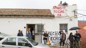 Miembros de la plataforma de afectados contra la Hipoteca y Stop Desahucios a las puertas del domicio
